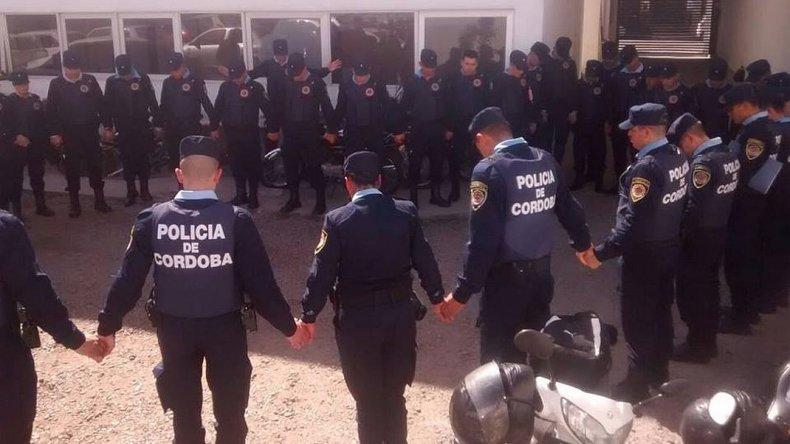 Policías cordobeses rezan antes de salir a patrullar