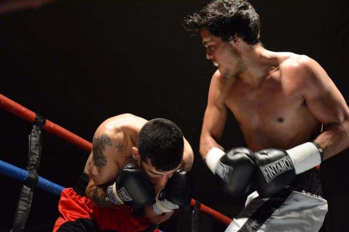 Carlos Santana conecta una potente derecha sobre el cuerpo de Darío Baigorria en una de las peleas de fondo.