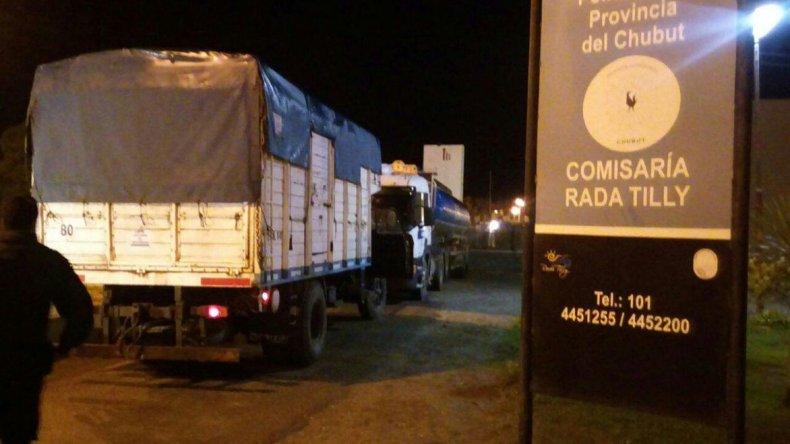 El combustible era sacado de un camión cisterna y trasladado a otro camión con tanques adaptados.
