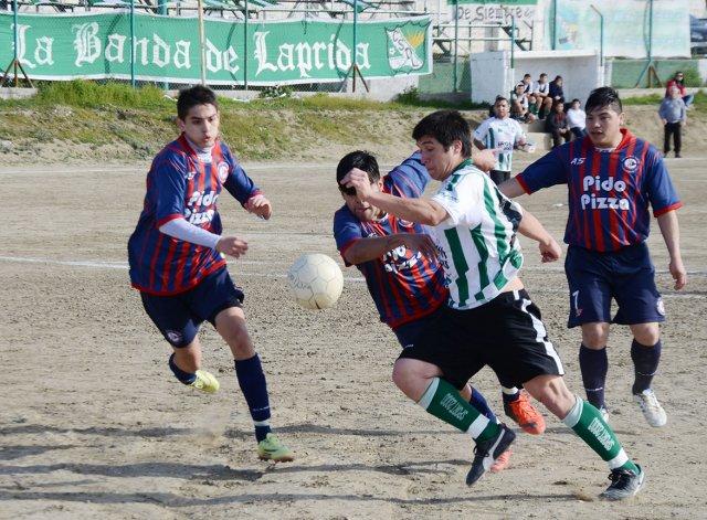 Lucas Onit intenta un remate al arco ante la presión de Agustín Herrera y la marca de Nicolás González.