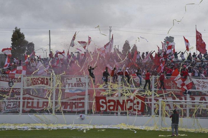 La hinchada de Huracán se ubicó en la cabecera que da al barrio Santa Lucía y copó el sector media hora antes del inicio del juego.