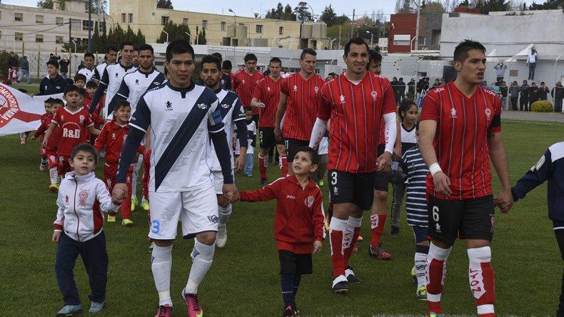 Los dos equipos salieron con chicos de la institución rival. Buena iniciativa.
