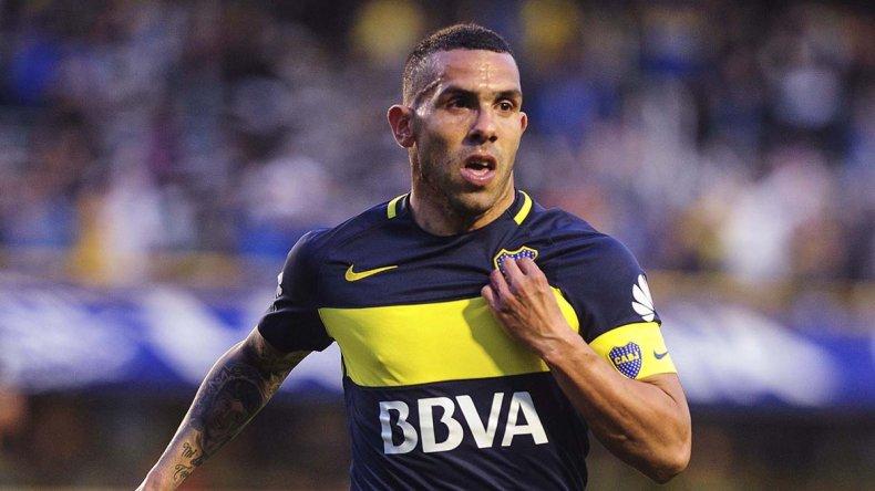Carlos Tevez festeja su gol y tres minutos más tarde el árbitro Germán Delfino lo expulsó.