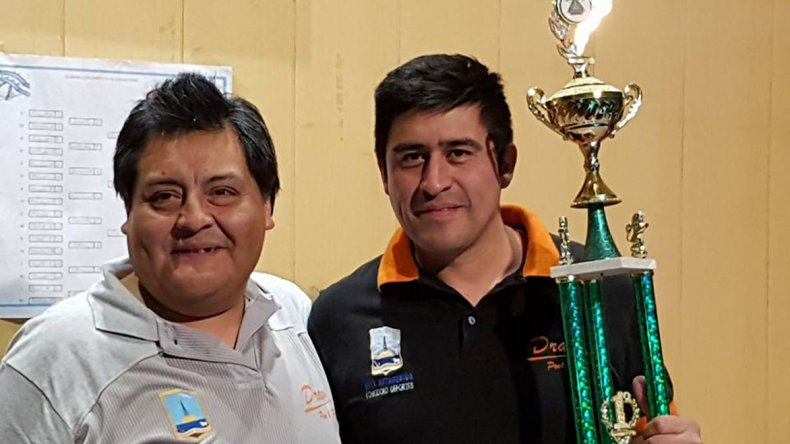El ganador de Primera Categoría José Huaquer –derecha- junto a José Palito Curín