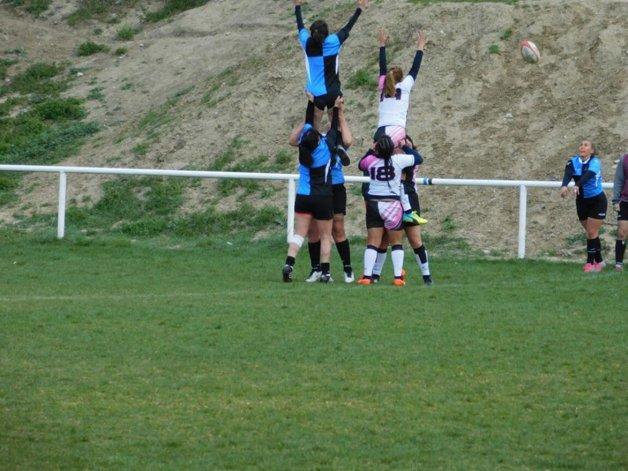 Analía Aguilera gana la guinda en lo alto en un line de uno de los partidos que el domingo ganó Calafate RC.