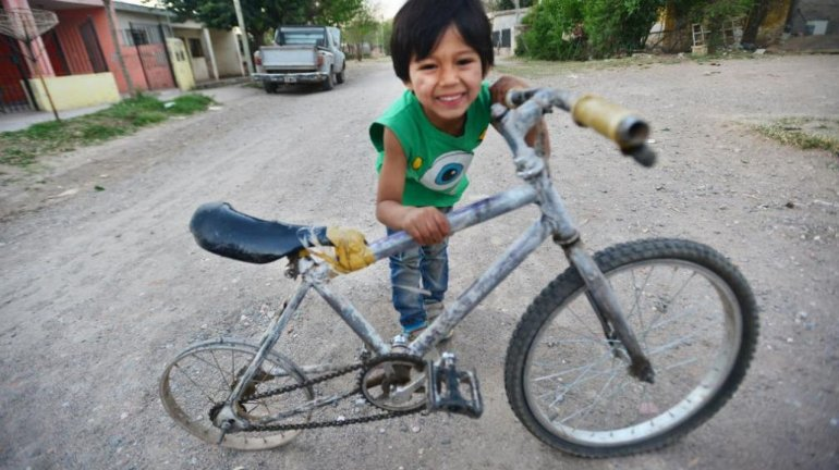 Tiene 6 años, sus papás no podían comprarle una bici y decidió armarla solo