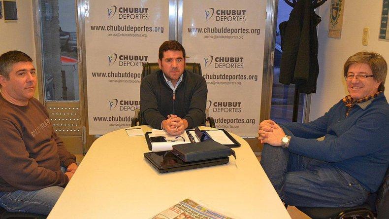 Alejandro Paincho y Néstor Cháves durante su visita que mantuvieron con Walter Ñonquepán de Chubut Deportes.
