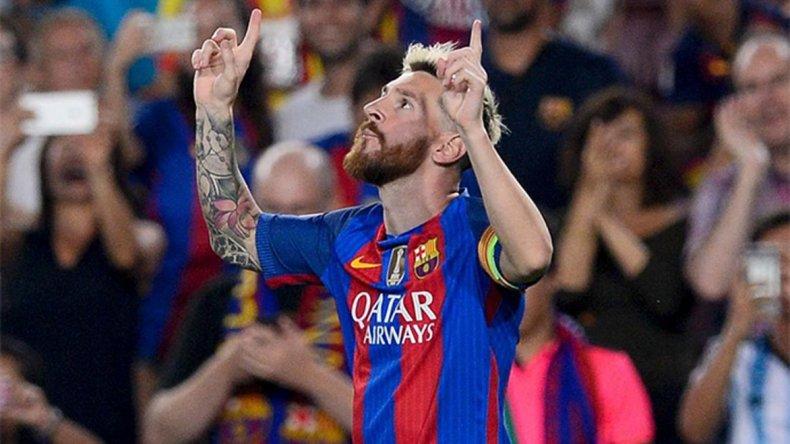 El crack Lionel Messi mira al cielo y celebra uno de sus tres goles que le marcó ayer al Celtic de Escocia.