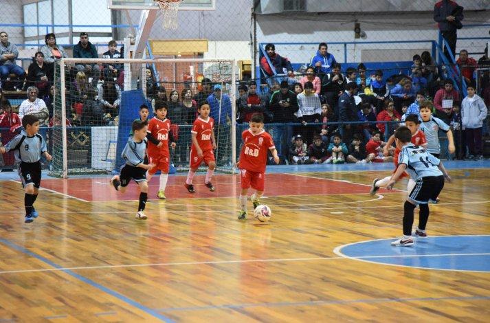 Luz y Fuerza triunfó en la primera final de la categoría 2008 en la Copa Alexis Cabrera
