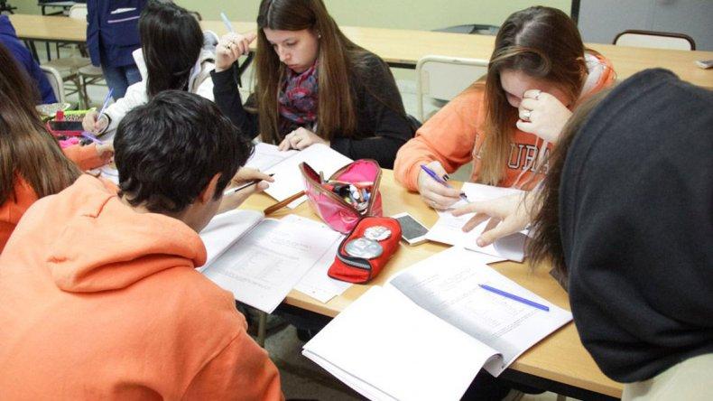 Los estudiantes de la Escuela 718 asisten a un taller de orientación vocacional y ocupacional que busca contribuir al desarrollo integral de los jóvenes apoyándolos en su transición al mundo del trabajo.