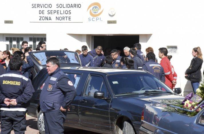 Ayer un centenar de personas participaron del sepelio de Lidia Peralta y Gustavo Contreras.