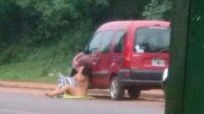Se desnudó para que su novio no la deje
