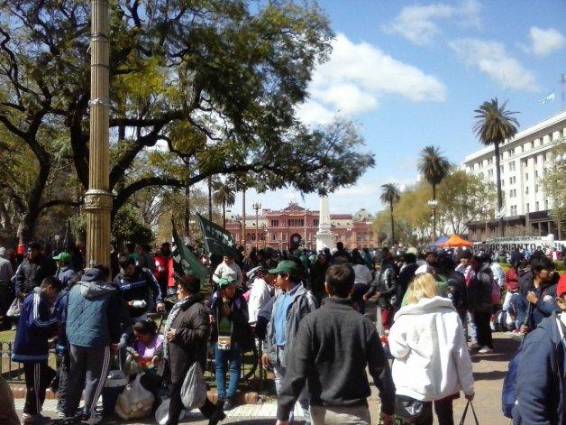 La gente se agolpa en la Plaza de Mayo por verduras gratis