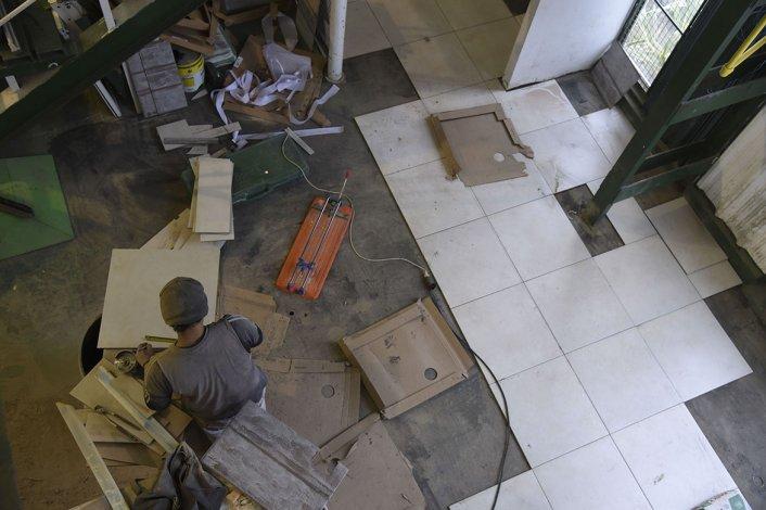 Se está instalando el porcelanato en la entrada del Socios Fundadores.