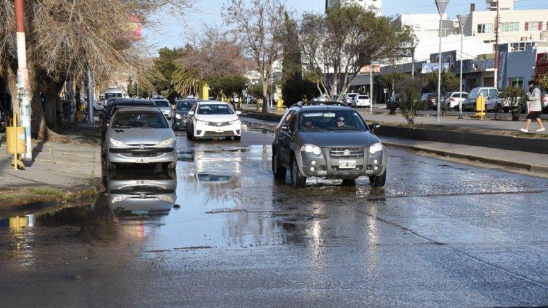 Gran cantidad de aguas servidas sobre la céntrica avenida Independencia y a pocos metros del monumento al Obrero Petrolero.