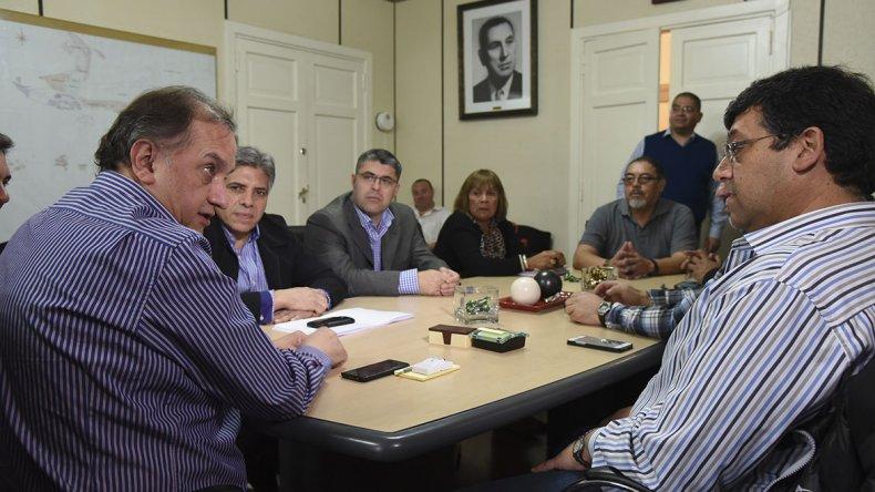 El intendente Linares y los gremios municipales firmaron ayer el acuerdo salarial para el segundo semestre.