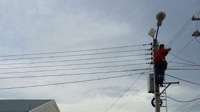 La reparación está a cargo de personal de Comunicaciones de la Policía de Chubut con la colaboración de la Secretaría de Seguridad del municipio.