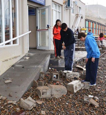 La marejada destruyó el muro de contención y cristales del Club Náutico Comandante Espora.