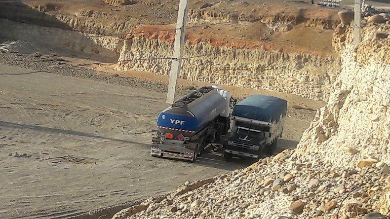 Una de las imágenes del seguimiento realizado por los investigadores donde se observa cómo al interior de una locación petrolera se producía el trasvase de combustible desde el camión cisterna al viejo camión con su cúpula adaptada.