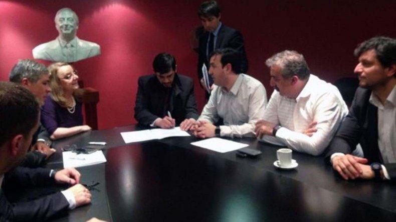 La gobernadora Alicia Kirchner firmó con el intendente de Perito Moreno