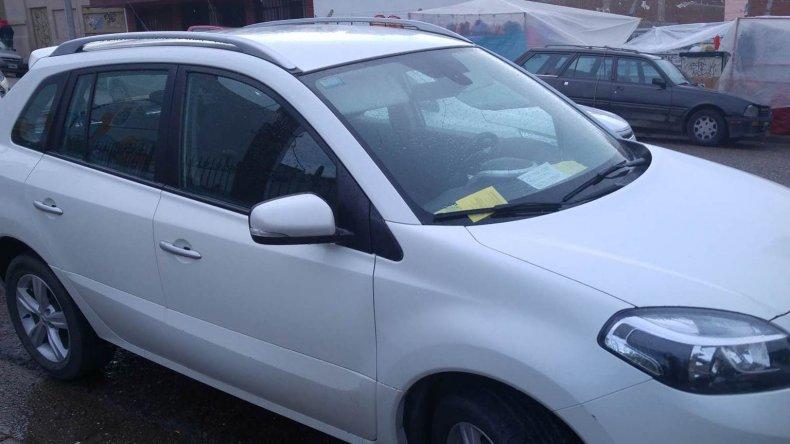 Dejó una nota para los inspectores en su auto pero se olvidó un detalle