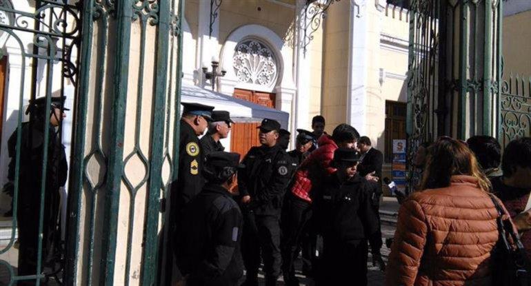 Vallados y policías fueron el contexto de las audiencias.