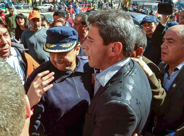 El gobernador de San Juan fue recibido con huevazos y escupitajos en la localidad de Jáchal.