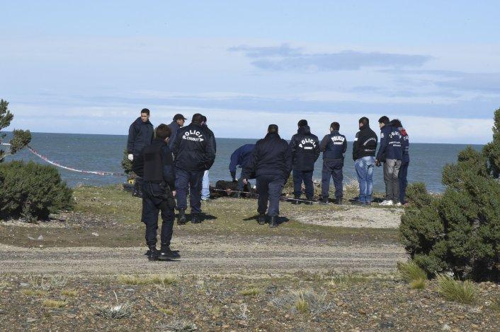 Los investigadores trabajan en la playa cercana a Rocas Coloradas