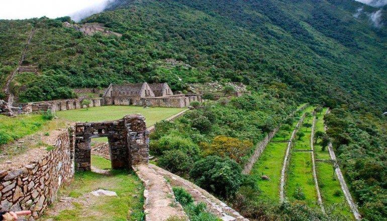 Gran parte de este complejo arqueológico está aún cubierto por la floresta.