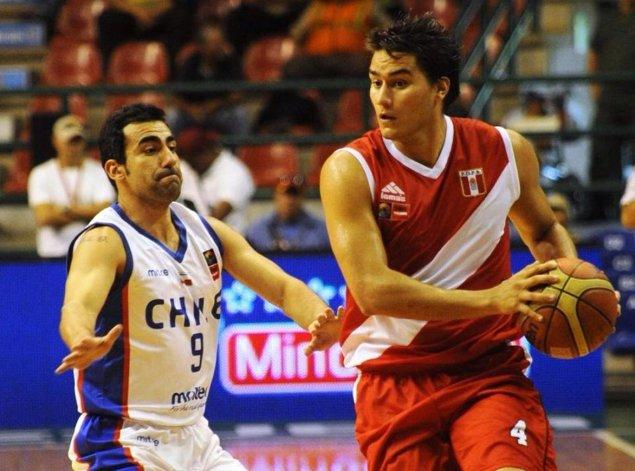 Carlos Céspedes juega como ala pivote de Regatas Lima.