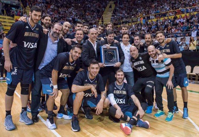 Gonzalo García –centro– junto a la selección argentina cuando recibió un reconocimiento en el Orfeo Superdomo de Córdoba.
