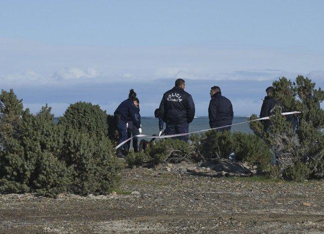 El trabajo de la Policía y la Fiscalía en el lugar donde el viernes se produjo el hallazgo del cuerpo.