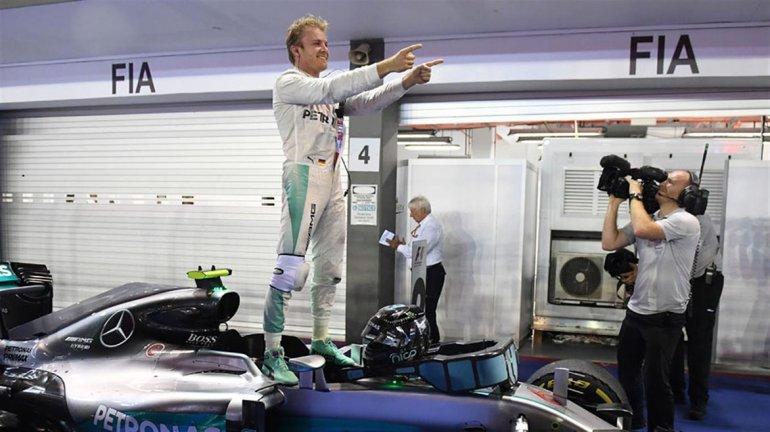 Nico Rosberg festeja su victoria arriba del auto Mercedes en el circuito de Marina Bay