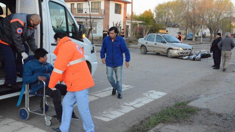 El Chevrolet Corsa afectado al servicio de Radio Taxi embistió al motociclista que circulaba por la avenida Tierra del Fuego.