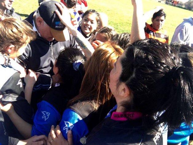Las jugadoras de Calafate RC festejan con un muy emocionado Raúl Galván