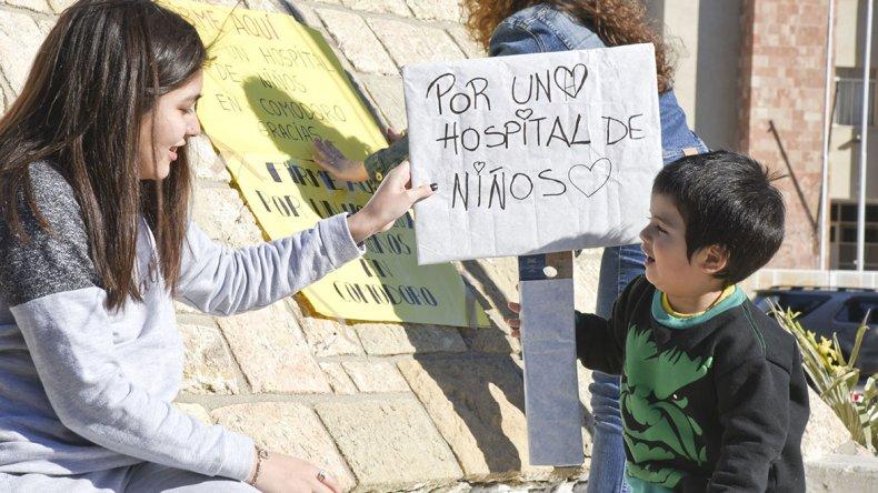 La plaza San Martín reunió ayer a familias comodorenses que juntaron firmas para solicitar la construcción de un hospital pediátrico.