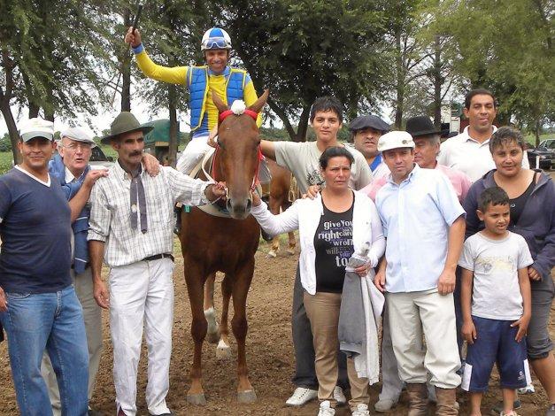 Joel Batista era un jinete reconocido en la región y gran parte del país por su participación en hipódromos y campos de carreras cuadreras.