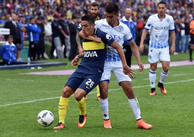Guillermo Pol Fernández toma del cuello a Ricardo Centurión en el partido que ayer Godoy Cruz y Boca empataron 1-1 en Mendoza.