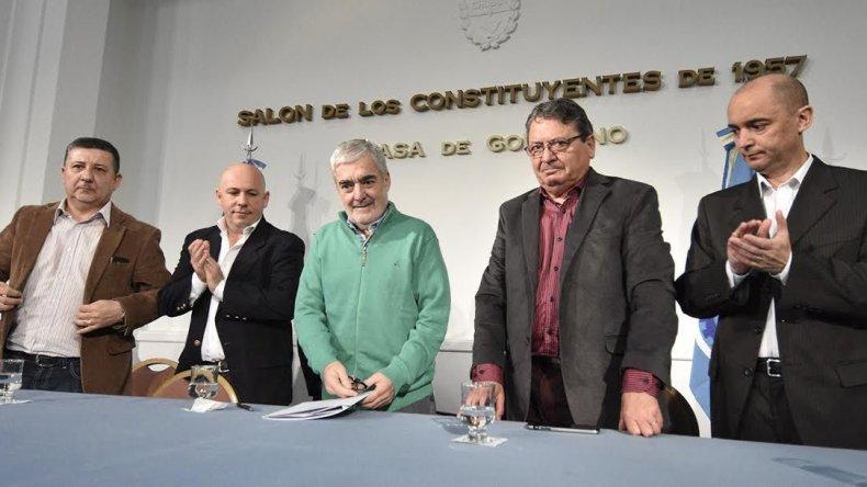 El gobernador firmó los convenios para las redes de servicio del Programa Procrear de Puerto Madryn.