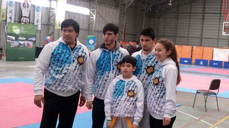 Sergio Oyarzo -izq- junto a la delegación de comodorenses que se destacó en el 8° Campeonato Internacional de Taekwondo en Puerto Montt