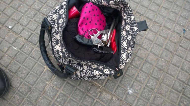 La chica escondió el revólver en el interior del bolso donde guardaba sus efectos personales.