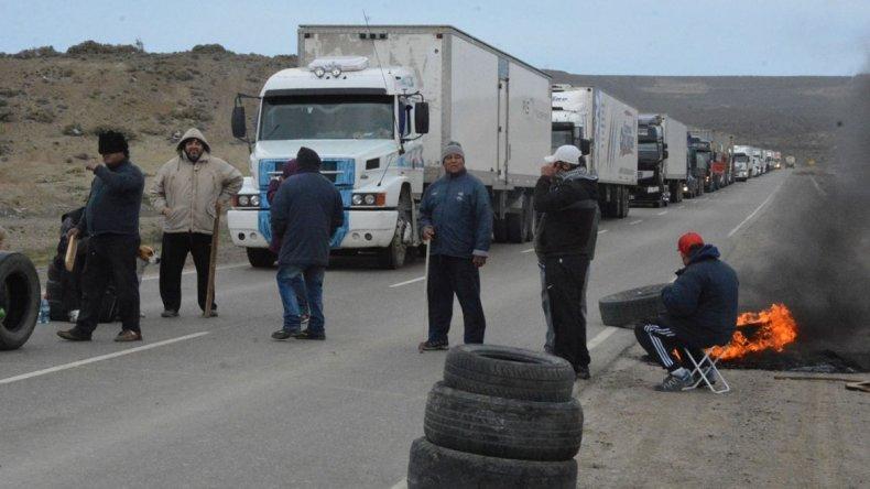 Medio centenar de municipales bloquearon a mediodía de ayer con quema de cubiertas el acceso sur a la ciudad del Gorosito.