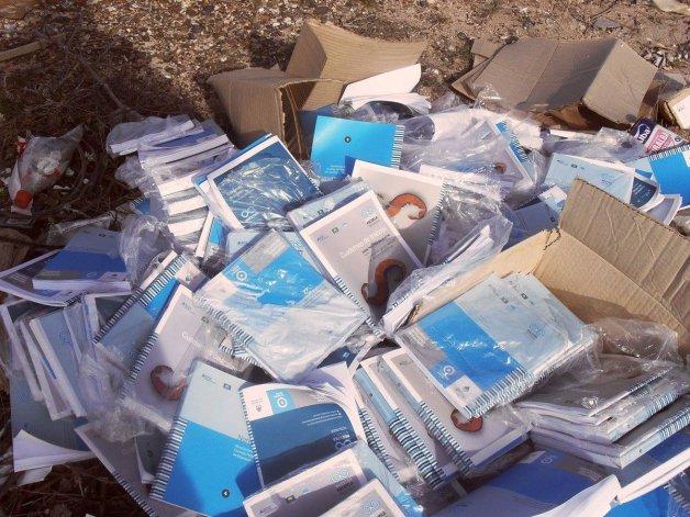 Encuentran tirado a la basura material educativo del Ministerio