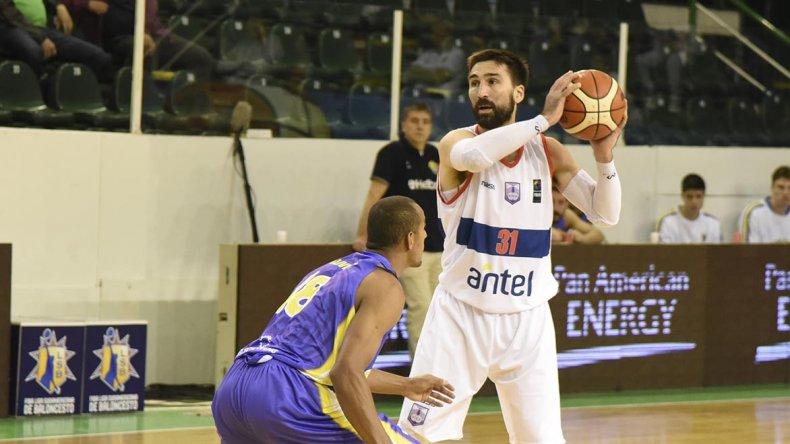 Martín Osimani con el balón marcado por Jimmy Oliveira en el partido jugado anoche en el Socios entre Defensor Sporting de Uruguay y Mogi Das Cruzes de Brasil.