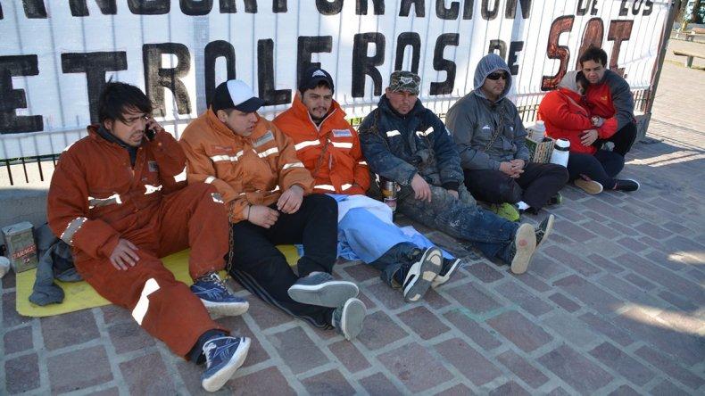 Despedidos de la empresa San Antonio Internacional se encadenaron ayer en el monumento al Obrero Petrolero.