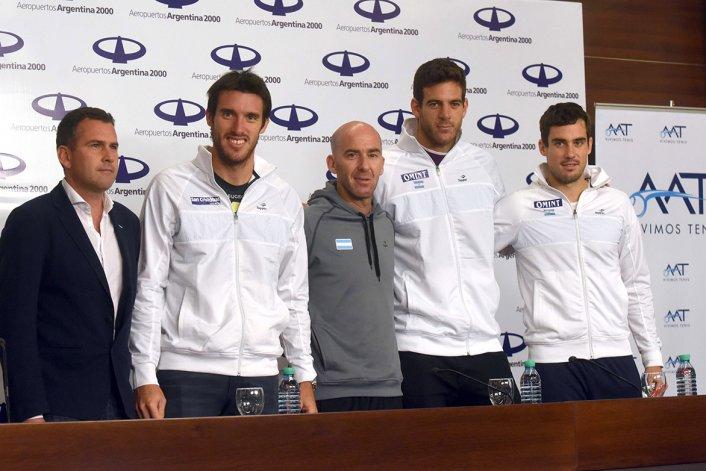 Parte del equipo argentino de Copa Davis que llegó ayer de Glasgow.