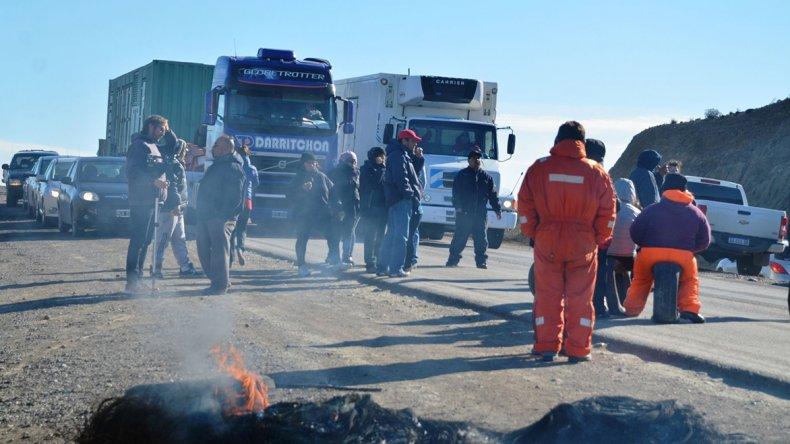 Trabajadores municipales mantienen el bloqueo en las rutas 3 y 12