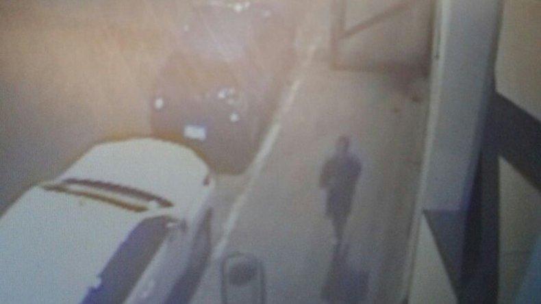 Las imágenes en las que se ve a Nicolás Capovilla corriendo frente al Instituto María Auxiliadora el 27 de enero a la 1:35.