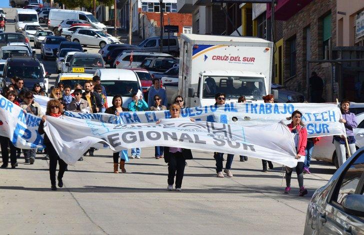 Una treintena de docentes marchó por la avenida San Martín