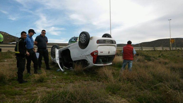 Borracho y alterado: un conductor volcó en Ruta 3 y 26